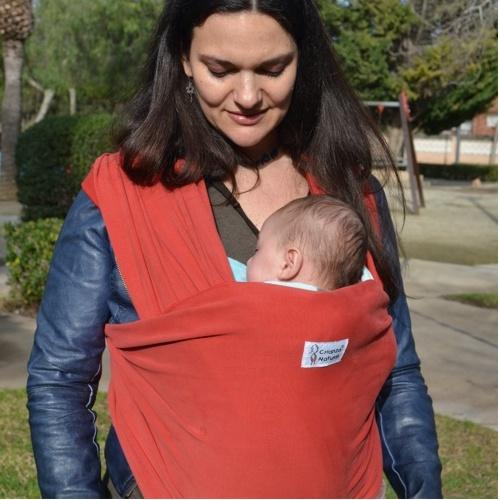 madre con fular elástico y su bebe